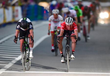 メインレースで優勝したマーク・カベンディッシュ(左)と激しく競り合いながらゴールする2位の別府史之=さいたま新都心駅周辺特設コース