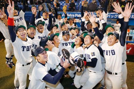 2シーズン連続18度目の優勝を果たし、胴上げされる東洋大の高橋昭雄監督=神宮