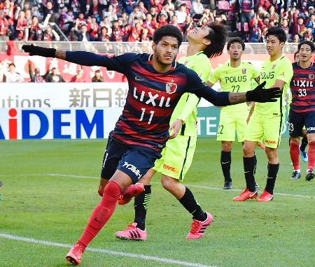 鹿島―浦和 後半、決勝ゴールを決め駆けだす鹿島・レアンドロ=カシマ