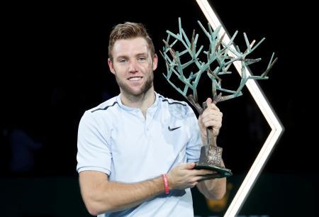 テニスのマスターズ・パリ大会、優勝トロフィーを掲げるジャック・ソック=5日、パリ(ロイター=共同)