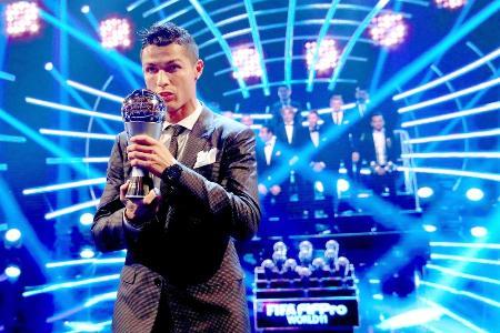 FIFAの男子最優秀選手に選ばれ、トロフィーを掲げるロナルド=23日、ロンドン(ゲッティ=共同)