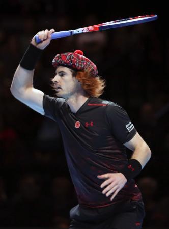 スコットランド伝統のタータン柄の帽子と赤毛のウィッグでロジャー・フェデラーとのチャリティー・マッチに臨んだアンディ・マリー=7日、グラスゴー(AP=共同)