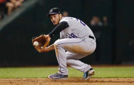 ダイヤモンドバックス戦で打球をさばくロッキーズの三塁手アレナド=9月12日、フェニックス(AP=共同)