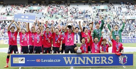 初優勝を果たし喜ぶC大阪イレブン=埼玉スタジアム