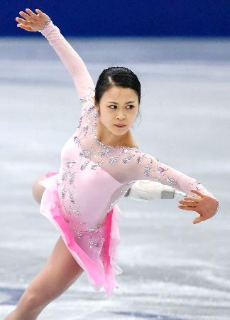 NHK杯の公式練習で調整する宮原知子=大阪市中央体育館