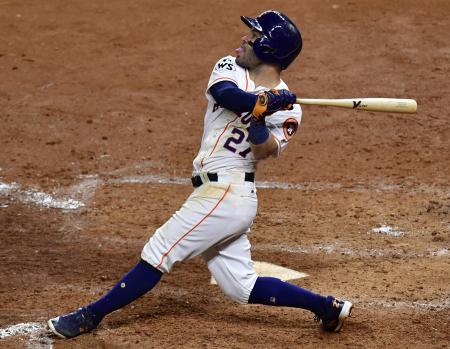 ドジャースとのワールドシリーズでも本塁打を放ったアストロズのアルテューベ=10月29日、ヒューストン(UPI=共同)