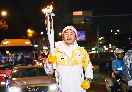 平昌冬季五輪の聖火リレーに参加した北島康介氏=9日、韓国・蔚山(共同)