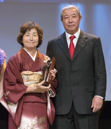 女性スポーツ賞を受賞した日本女子テニス連盟の武正八重子会長。右は于再清IOC副会長=9日、スイス・ローザンヌ(IOC提供、Greg Martin氏撮影、共同)