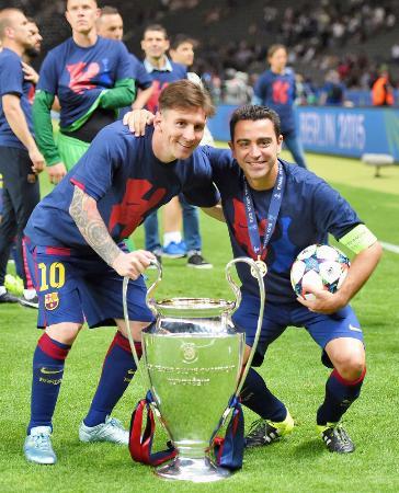 2015年の欧州チャンピオンズリーグで優勝し、肩を組んで喜ぶバルセロナのメッシ(左)とシャビ=ベルリン(ゲッティ=共同)