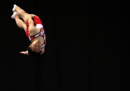 世界トランポリン第2日、団体で銅メダルを獲得した日本の伊藤正樹の演技=10日、ソフィア(ロイター=共同)