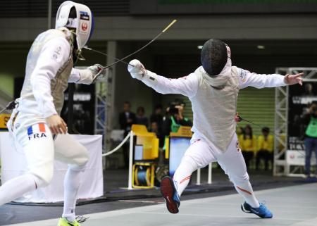 男子フルーレ個人 準々決勝でエルワン・ルペシュー(左)に敗れた敷根崇裕=駒沢体育館