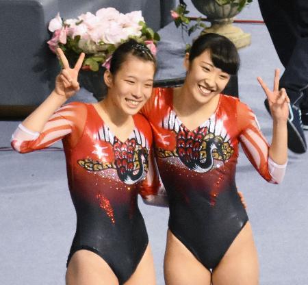 女子シンクロナイズドで銀メダルを獲得した森(右)、高木組=ソフィア(共同)