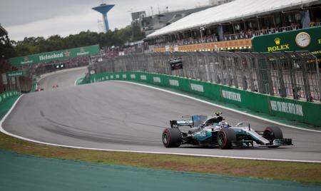 F1ブラジルGP予選、3度目のポールポジションを獲得したメルセデスのバルテリ・ボッタス=11日、サンパウロ(ロイター=共同)