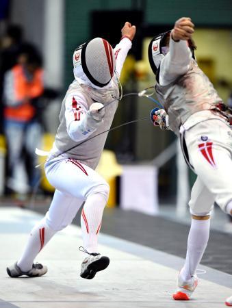 男子フルーレ団体3位決定戦 デンマーク選手(右)と対戦する西藤=駒沢体育館