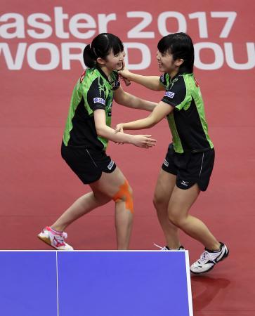 女子ダブルス決勝で優勝を決め、喜ぶ早田ひな(左)と平野美宇=12日、マクデブルク(AP=共同)