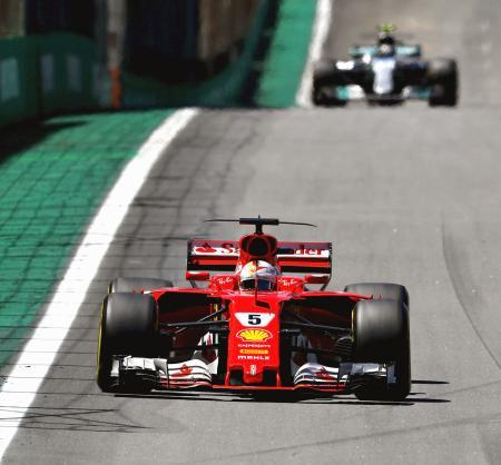 F1ブラジルGPで走行するフェラーリのセバスチャン・フェテル=サンパウロ(ゲッティ=共同)