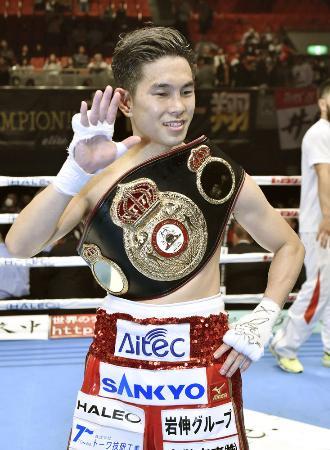 4月に5度目の防衛に成功し、ベルトを肩に笑顔の井岡一翔=エディオンアリーナ大阪
