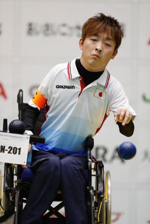 チーム(脳性まひ)のタイ戦でボールを投げる杉村=武蔵野総合体育館