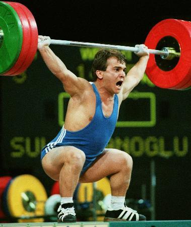 1996年アトランタ五輪で147・5キロのバーベルを挙げるネイム・スレイマノグル選手(AP=共同)