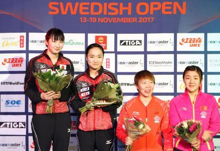 女子ダブルスで優勝し、表彰台で笑顔の(左から)早田、伊藤組=ストックホルム(国際卓球連盟提供・共同)