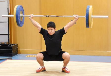 重量挙げ世界選手権に向けて調整する糸数陽一=20日、東京都北区の味の素ナショナルトレーニングセンター