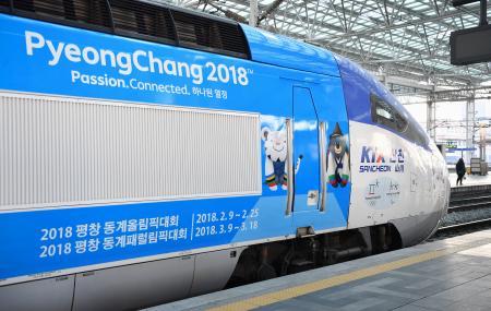 報道関係者の試乗会が行われた、平昌冬季五輪・パラリンピックの開催地と仁川国際空港を結ぶ高速鉄道の列車=21日、ソウル(共同)