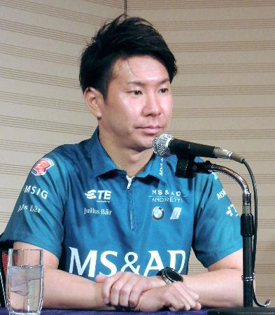 記者会見で「フォーミュラE」への意気込みを語る小林可夢偉=22日、東京都内