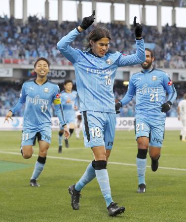 川崎―G大阪 後半、決勝ゴールを決め喜ぶ川崎・エウシーニョ(手前)=等々力