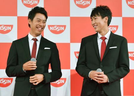 所属する日清食品のイベントに登場した男子テニスの錦織圭(左)と綿貫陽介=24日、東京都新宿区