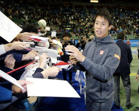 テニスの慈善イベントでファンにサインする錦織圭=25日、有明コロシアム