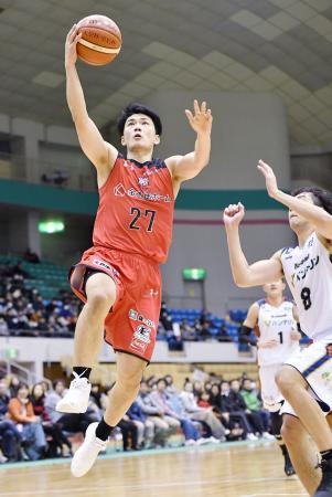 横浜―千葉 第2クオーター、シュートを決める千葉・石井(左)=盛岡タカヤアリーナ
