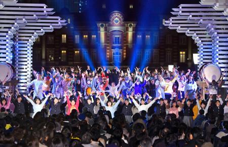 東京駅前で開催された、2020年東京五輪・パラリンピック関連イベントのコンサート=26日夜