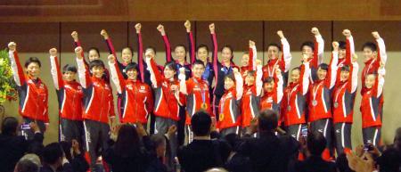 世界選手権の祝勝会に参加した体操、新体操、トランポリンの日本代表。前列左から5人目は内村航平=28日午後、東京都内のホテル