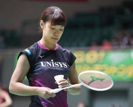 女子シングルス1回戦で、試合開始直後に棄権した奥原希望=駒沢体育館