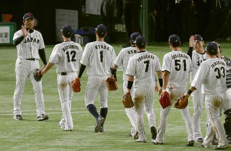 「アジアプロ野球チャンピオンシップ2017」で優勝を決め、ナインを迎える稲葉監督(左端)=東京ドーム