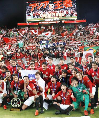 10年ぶり2度目の優勝を果たし、サポーターと記念写真に納まる浦和イレブン=埼玉スタジアム