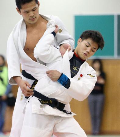 柔道のグランドスラム東京大会に向けて練習する男子66キロ級の阿部一二三(手前)=東京都文京区の講道館