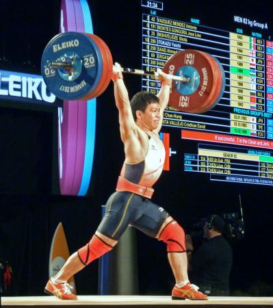 男子62キロ級 トータル299キロで銀メダルを獲得した糸数陽一=アナハイム(共同)