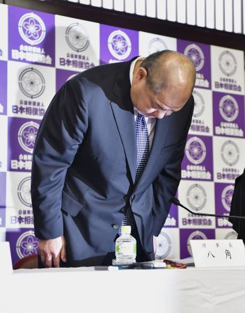 定例理事会後の記者会見で、元日馬富士の暴行問題などについて謝罪する日本相撲協会の八角理事長=30日午後、東京・両国国技館