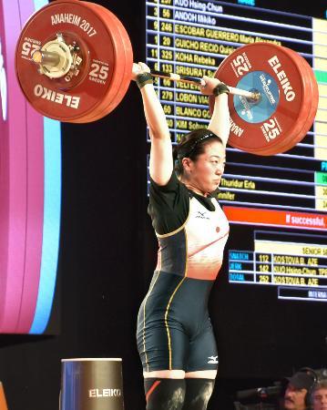 女子58キロ級 ジャークで126キロをマークする安藤美希子=アナハイム(共同)