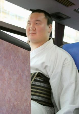 大相撲の冬巡業に向かうバスに乗り込んだ横綱白鵬関=2日午後、福岡市
