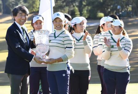 最終日、韓国を破って優勝し、トロフィーを手にする主将の成田美寿々(左から3人目)ら=三好CC