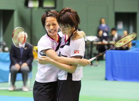 女子ダブルスで初優勝を決め、喜ぶ福島(左)、広田組=駒沢体育館