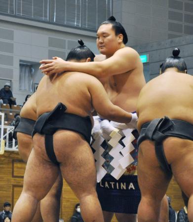 大相撲冬巡業に臨む横綱白鵬関(中央)=4日、長崎県五島市