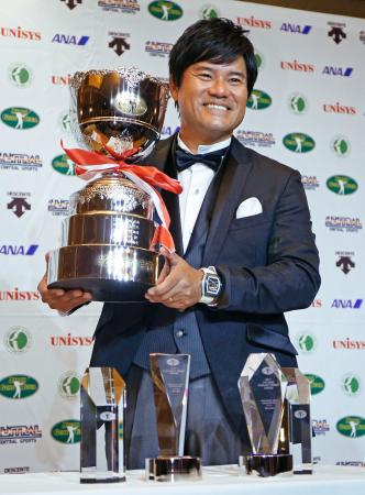 最優秀選手賞のトロフィーを手に笑顔の宮里優作。賞金王など5部門を初受賞した=4日午後、東京都内のホテル
