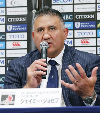 記者会見で質問に答えるサンウルブズのジョセフ・ヘッドコーチ=4日、東京都内のホテル