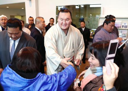 九州北部の豪雨で被災した福岡県朝倉市を慰問し、来場者と交流する横綱白鵬関=5日午後