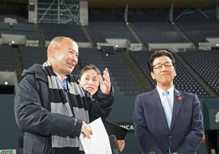 2019年ラグビーW杯の会場となる札幌ドームを視察したエディー・ジョーンズ氏。右は秋元克広札幌市長=5日午後