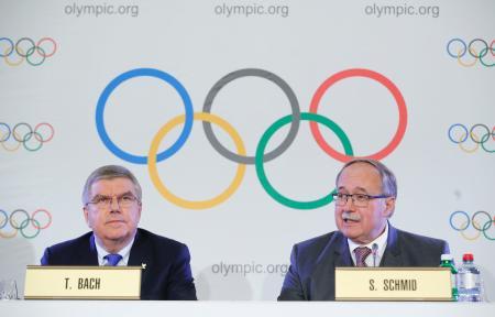 記者会見で、平昌五輪へのロシア選手団派遣禁止を発表するIOCのバッハ会長(左)=5日、ローザンヌ(ロイター=共同)