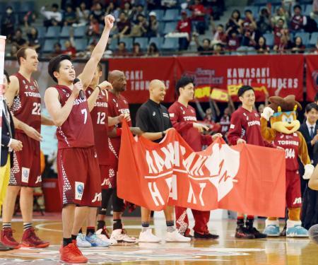 5月、Bリーグのチャンピオンシップで決勝に進出し、ファンにあいさつする「川崎ブレイブサンダース」の選手たち=川崎市